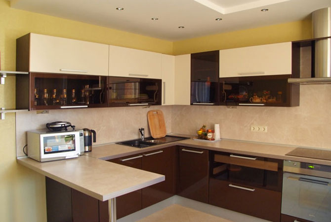 дизайн гостинной комнаты в коричнево-белом цвете